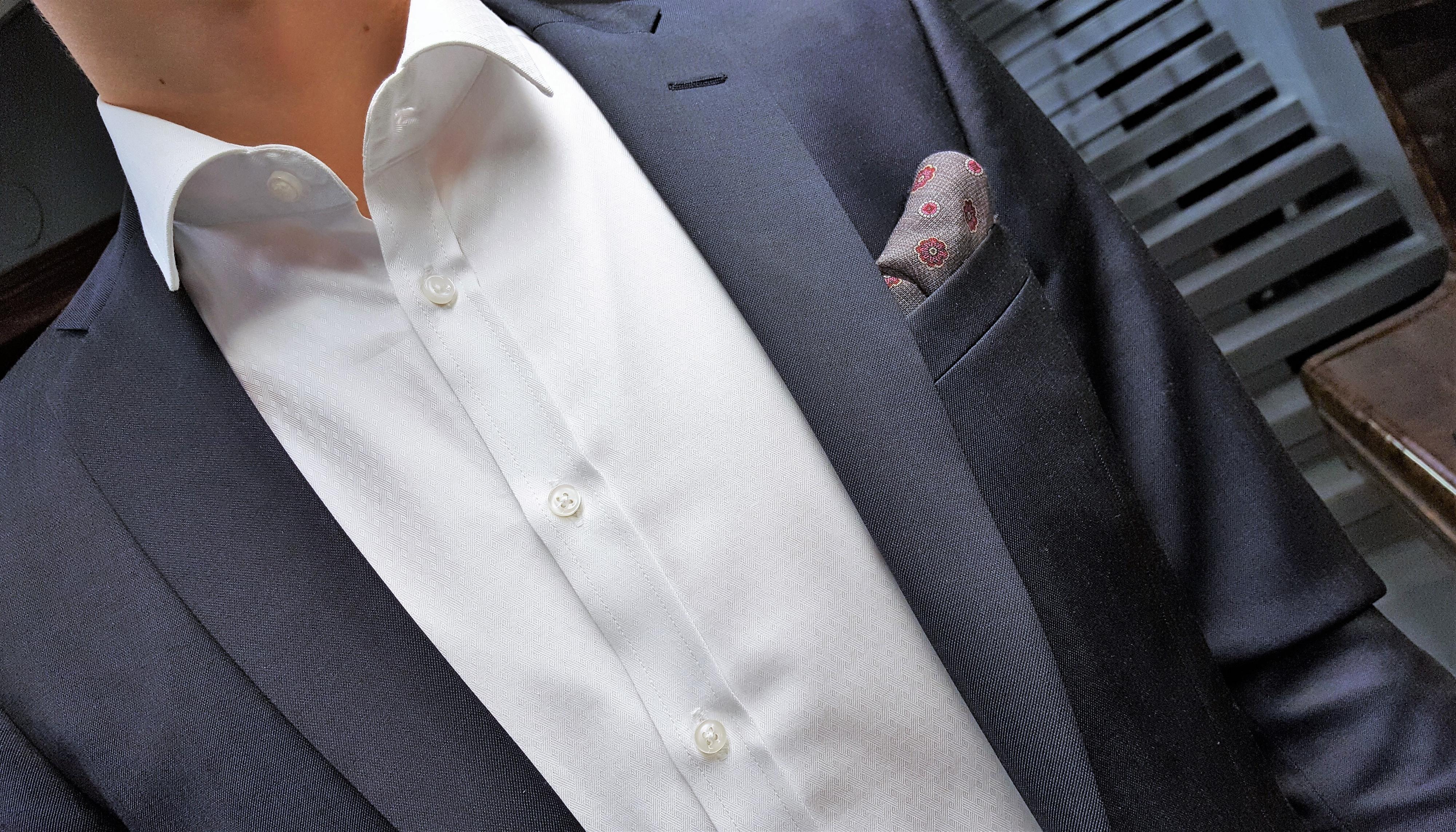 Miesten pukeutuminen valkoinen kauluspaita ja tumma puku – Vaatetusliike Aaron's Oy